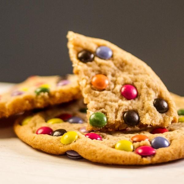 Hafer-Cookie mit bunten Schokolinsen